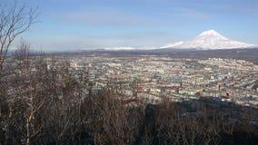 Vista geral da cidade de Petropavlovsk-Kamchatsky com uma opinião do s-olho do ` do pássaro vídeos de arquivo