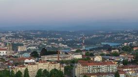 Vista geral da cidade de telhados da telha e do rio vermelhos de Douro video estoque