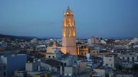 Vista geral da cidade e da catedral a Reus na noite do verão vídeos de arquivo