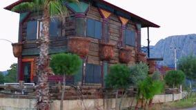 A vista geral da estrada perto de uma casa multi-colorida é abandonada video estoque