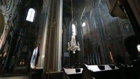 Vista geral da igreja barroco velha do estilo do fthe interior do video estoque