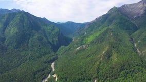 Vista geral da paisagem bonita Zangão de voo sobre um rio da montanha Opini?o do olho do ` s do p?ssaro video estoque