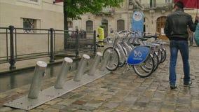 Vista geral das bicicletas da cidade para a estação do aluguel video estoque