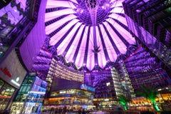 Vista geral de Sony Center Berlin iluminada pela luz violeta Foto de Stock Royalty Free