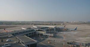Vista geral de um grande aeroporto com planos e terminais vídeos de arquivo
