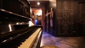 Vista geral de um teclado de um piano velho vídeos de arquivo
