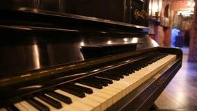 Vista geral de um teclado de um piano velho video estoque