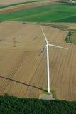 Vista geral de um windturbine e de um campo amarelo Fotografia de Stock Royalty Free