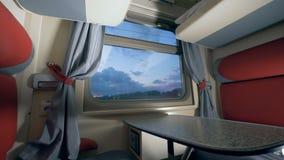 Vista geral de uma cabine do ` s do trem no crepúsculo viagem pelo conceito do trem Conceito da viagem da estrada de ferro filme