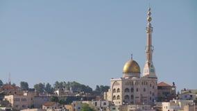 Vista geral de uma cidade árabe em Israel com uma grande mesquita que aumenta acima vídeos de arquivo