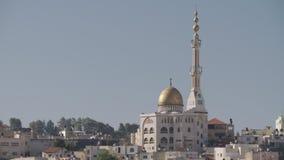 Vista geral de uma cidade árabe em Israel com uma grande mesquita que aumenta acima video estoque