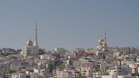 Vista geral de uma cidade árabe em Israel com uma grande mesquita que aumenta acima filme