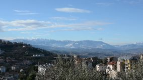 Vista geral de Val Pescara que parte do Gran Sasso e que termina com a cidade de Chieti com o Maiella no fundo vídeos de arquivo
