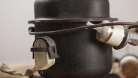 Vista geral detalhada da fusão do metal do joalheiro e do sistema de solda com maçarico vídeos de arquivo