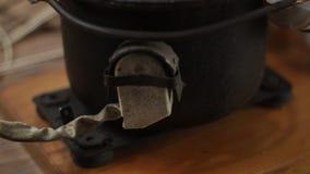 Vista geral detalhada da fusão do metal do joalheiro e do sistema de solda com maçarico video estoque