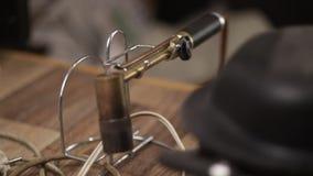 Vista geral detalhada da fusão do metal do joalheiro e do sistema de solda com maçarico filme