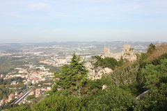 A vista geral do castelo do vale amarra e de Sintra imagens de stock