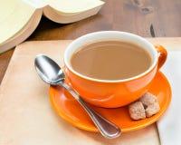 Close up do copo de café alaranjado foto de stock royalty free
