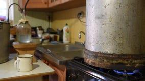 Vista geral geral do instrumento e dos trabalhos do luar Preparação um luar em casa, proces da destilação video estoque