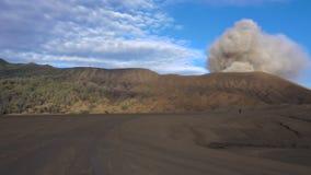 Vista geral do panorama do vulcão de fumo ativo de Bromo filme