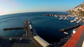 Vista geral do porto de Amalfi no alvorecer vídeos de arquivo