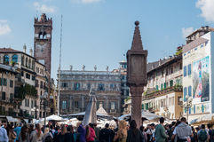 Vista geral do quadrado do erba em Verona com seus restaurantes e marca Foto de Stock