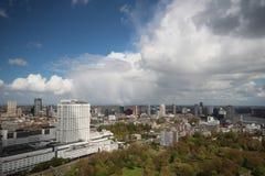 Vista geral larga do ângulo em 100 medidores de altura sobre a skyline de Rotterdam com céu azul e as nuvens de chuva brancas Imagens de Stock
