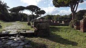 Vista geral na necrópolis das escavações arqueológicos de Ostia Antica video estoque