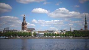 Vista geral panorâmico através do rio do Daugava de Riga Letónia filme