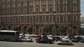 Vista geral panorâmico da rua velha da cidade com tráfego de carro e dos transmissores no dia de verão filme