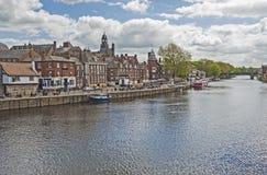 Vista giù un grande fiume in Inghilterra Fotografia Stock Libera da Diritti