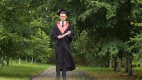 A vista graduada do homem sério à câmera, homem preocupou-se sobre o débito de empréstimo do estudante filme