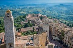 Vista granangular aérea de la ciudad histórica de San Gimignano con el campo toscano, Toscana, Italia foto de archivo