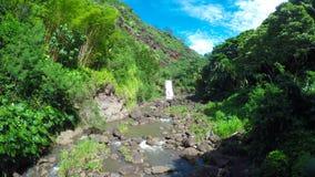 Vista granangular de la cascada hermosa almacen de metraje de vídeo