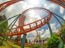 Vista granangular de la pista anaranjada de la montaña rusa en el parque de atracciones de Tailandia Park City con día del cielo  fotografía de archivo libre de regalías