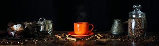 Vista granangular de la vida inmóvil en el tema del café Imagenes de archivo
