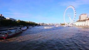 Vista granangular, de London Eye del puente de Westminster, en una tarde soleada del otoño almacen de metraje de vídeo