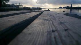 Vista granangular del mar y de una cubierta de madera que mira fijamente el Mar Egeo de Turquía a Grecia almacen de video