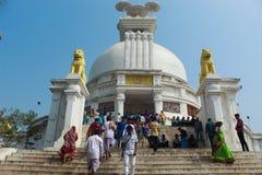 Vista granangular del templo del dhauli con los visitantes imagen de archivo libre de regalías