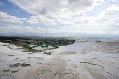 Vista grandangolare del castello del cotone di Pamukkale, Denizli/Turchia immagini stock libere da diritti