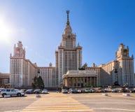 Vista grandangolare della città universitaria soleggiata della molla dell'università di Mosca sotto cielo blu Immagini Stock Libere da Diritti