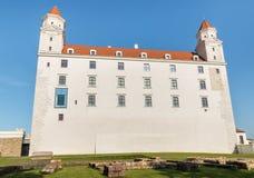 Vista grandangolare delle pareti esterne del castello di Bratislava, hrad di Bratislavsky, Slovacchia Immagini Stock