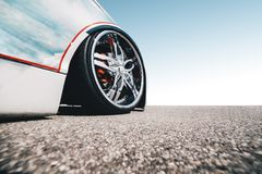 Vista grandangolare di un'automobile veloce su ordinazione moderna con la ruota decorata - concetto aggressivo della corsa di vel fotografie stock