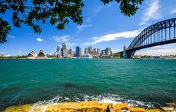 Vista grandangolare sbalorditiva dell'orizzonte della città dell'area del porto di Sydney CBD a Quay circolare con l'opera ed il  Fotografia Stock