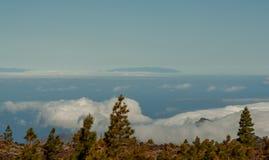 Vista grande da montanha sobre o mar fotos de stock royalty free