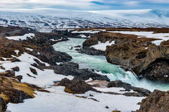 Vista grande de la cascada y del río Islandia de Godafoss Foto de archivo