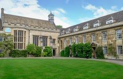 Vista grande de uma das entradas a uma faculdade na universidade de Cambridge, Reino Unido fotos de stock royalty free