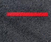 Vista Grungy e sporca di asfalto con la banda rossa distinta Immagini Stock