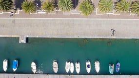Vista hacia abajo de barcos anclados en el puerto Imagen de archivo libre de regalías