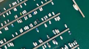 Vista hacia abajo de barcos anclados en el puerto Foto de archivo libre de regalías